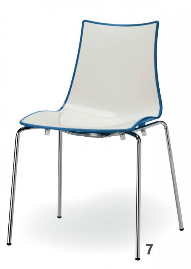 In polimero riciclabile, la sedia Zebra Bicolore di Scab misura L 55 x P 52 x H 48/83 cm. Prezzo 82,14 euro, esclusa Iva.  (www.scab.it)