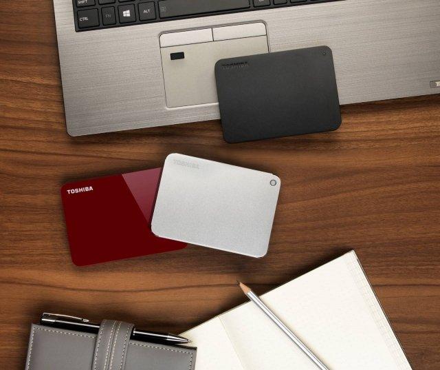 Toshiba Canvio Toshiba ha presentato al CES 2018 i nuovi modelli della nota famigliaCanvio, gli HDD portatili per l'archiviazione dei dati personali. I nuovi HDD combinano una dotazione completa di funzionalità a un design sottile e arrotondato. I modelli Canvio Premium, Advance e Basics, condividono un look and feel rinnovato garantendo una capacità di storage flessibile da 500GB[1] [2], 1TB, 2TB e 3TB. L'utilizzo della tecnologia 1TB per piatto di Toshiba supporta i case slim, consentendo alle versioni da 2TB di tutti e tre i nuovi modelli di CANVIO di essere più sottili rispetto alle versioni precedenti. www.toshiba-storage.com