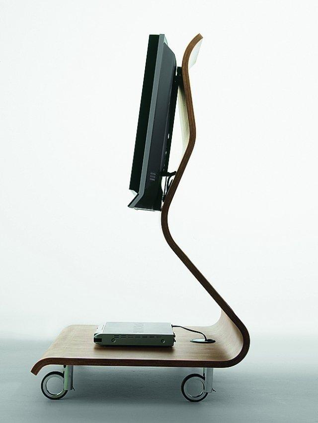 Cobra di Horm, dalla struttura in multistrato curvato levigato a mano, con luce d'atmosfera che si proietta sul pavimento, è accessoriato con prese multiple. Misura  L 90 x P 68 x H 121 cm  e costa a partire da 1.517, a seconda della finitura. www.horm.it