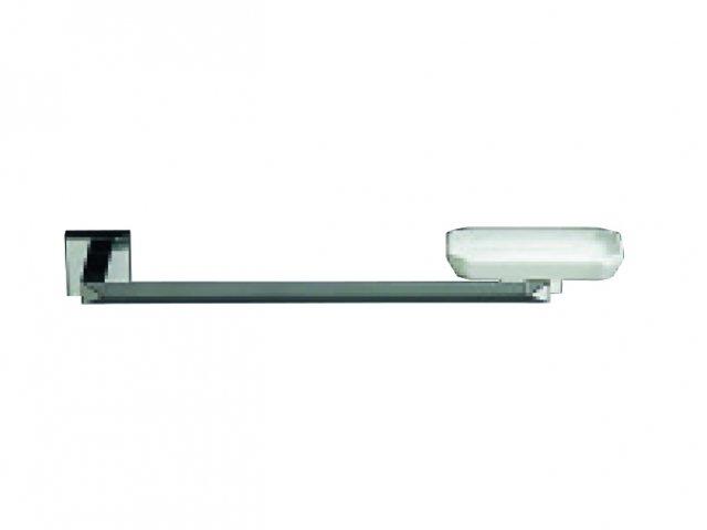 La barra romboidale in ottone cromato per le spugne integra il portasapone in ceramica sfaccettata. Si fissa con tasselli o colla. DV 60 AM di Stilhaus misura L 40 x P 12 cm e costa 125 euro (Iva esclusa).