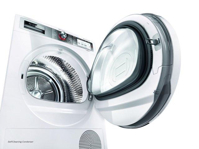 Ha condensatore autopulente che elimina l'incombenza della pulizia manuale l'asciugatrice a pompa di calore WTY877H8IT di Bosch in classe di efficienza energetica A+++. Con Home Connect per il controllo remoto, ha una capacità di carico di 8 kg.  Misura L 59,8 x P 59,9 x H 84,2 cm. Prezzo 1.399 euro. www.bosch-home.com/it/