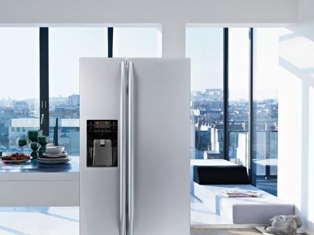Il frigorifero side by side a libera installazione FSBS 6001 NF IWD XS di Franke produce una rumorosità di 41 dB(A). In classe di efficienza energetica A+ e con sistema di raffreddamento Total No Frost, ha una capacità netta totale di 518 l. È dotato di dispenser acqua e ghiaccio e di controllo elettronico dell'umidità Fresh Holder. Misura L 91,2 x P 60 x H 177 cm. Prezzo 3.367 euro. www.franke.it