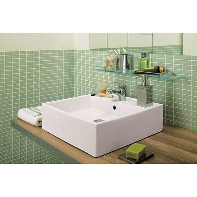 Il lavabo da appoggio Sumba di Leroy Merlin è in ceramica bianca lucida. Con troppopieno e monoforo misura L 46 x P 46 cm. Prezzo 39 euro. www.leroymerlin.it