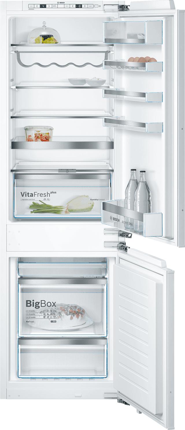 Il frigorifero da incasso integrato No-Frost Smart Cool serie 6 KIN86HD30 di Bosch sviluppa una rumorosità di 39 dB(A). In classe di efficienza energetica A++, è dotato del cassetto VitaFresh plus Box, in cui frutta e verdura rimangono fresche fino a due volte più a lungo grazie a un grado ottimale di umidità. Può essere connesso wi-fi. Misura L 55,8 x P 54,5 x H 177,2 cm. Prezzo su richiesta. www.bosch-home.com/it/