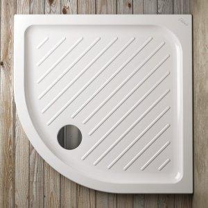 Ha angolo curvo il piatto doccia quadrato della collezione Gemma 2 di Ceramica Dolomite in ceramica bianca. Misura L 80 x P 80 cm. Prezzo 200 euro. www.ceramicadolomite.it