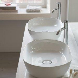 Il lavabo da appoggio Luv di Duravit è realizzato in DuraCeram, uno speciale composto ceramico di Duravit che permette di realizzare bordi molto sottili e resistenti. Ha piletta con tappo in ceramica. Misura L 60 x P 40 cm. Prezzo 670 euro. www.duravit.it