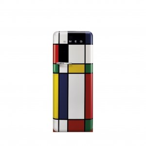 Produce un rumore di 39 dB(A) il frigorifero monoporta FAB28RDMC di Smeg multicolor anni '50 a libera installazione. In classe di efficienza energetica A++, ha una capacità totale di 248 l ed è dotato di illuminazione interna a LED. Misura L 60 x P 68,2 x H 151 cm. Prezzo 1.619 euro. www.smeg.it