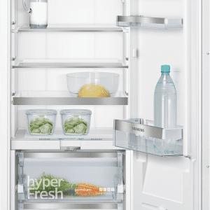 Sviluppa una rumorosità di 37 dB(A) il frigorifero monoporta da incasso totalmente integrato iQ700 KI51FAD30 di Siemens. In classe di efficienza energetica A++, ha cassetto telescopico hyperFresh premium 0 °C per mantenere il cibo fresco fino a 3 volte più a lungo. Il dispositivo SoftClosing consente alla porta di chiudersi automaticamente quando raggiunge un angolo di 20° o meno. Misura L 55,8 x P 54,5 x H 139,7 cm. Prezzo su richiesta. www.siemens-home.bsh-group.com/it/