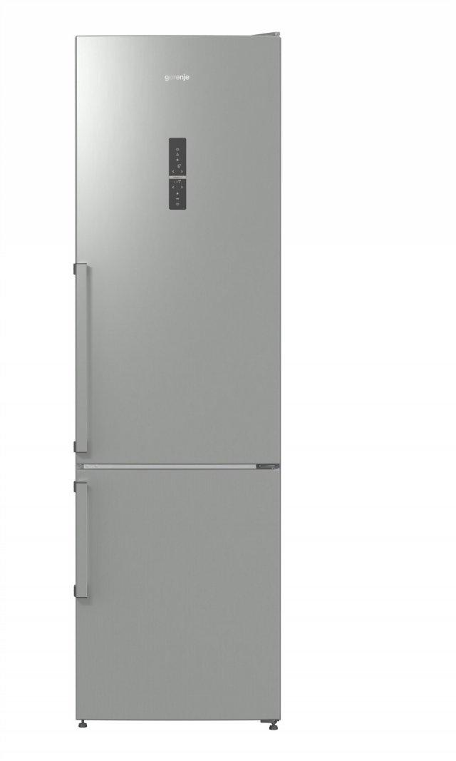 Il frigorifero combinato a libera installazione NRK6203TX di Gorenje sviluppa una rumorosità di 38 dB(A) . È in classe di efficienza energetica A+++ ed è dotato di IonAir con funzione MultiFlow 360° che assicura il microclima ideale su ogni ripiano. Nel  cassetto XXL SpaceBox del congelatore si possono conservare anche alimenti voluminosi, come una torta. Misura L 60 x P 64 x H 200 cm. Prezzo 989 euro. www.gorenje.it