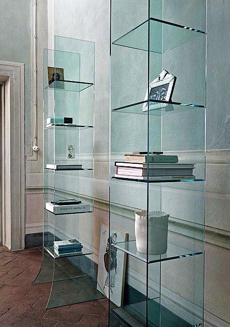 L'espositore a colonna Babele di Fiam Italia è in vetro curvato da 10 mm con ripiani fi ssi bisellati da 10 mm. Nella misura L 50 x P 50 x H 204 cm costa 1.710 euro.