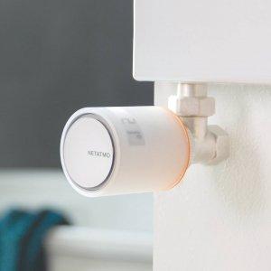 Valvola termostatica intelligente di Netatmo. Le valvole collegate al termostato intelligente per termosifoni di Netatmo permettono agli utenti di controllare il proprio riscaldamento da remoto, stanza per stanza, tramite smartphone e di ridurre il consumo di energia della propria casa del 37%, grazie a 3 funzionalità principali: rilevamento delle finestre aperte,  regolazione intelligente e regolazione manuale. Queste valvole funzionano perfettamente sia in case con riscaldamento autonomo già dotate di un termostato Netatmo sia in quelle con riscaldamento condominiale. Design Philippe Starck. Prezzo per singola valvola 79,99 euro. Prezzo Starter Pack 199,99 euro. www.netatmo.com