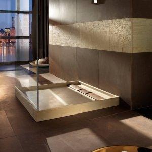 Piatto doccia Quadra in marmo beige con inserti più scuri
