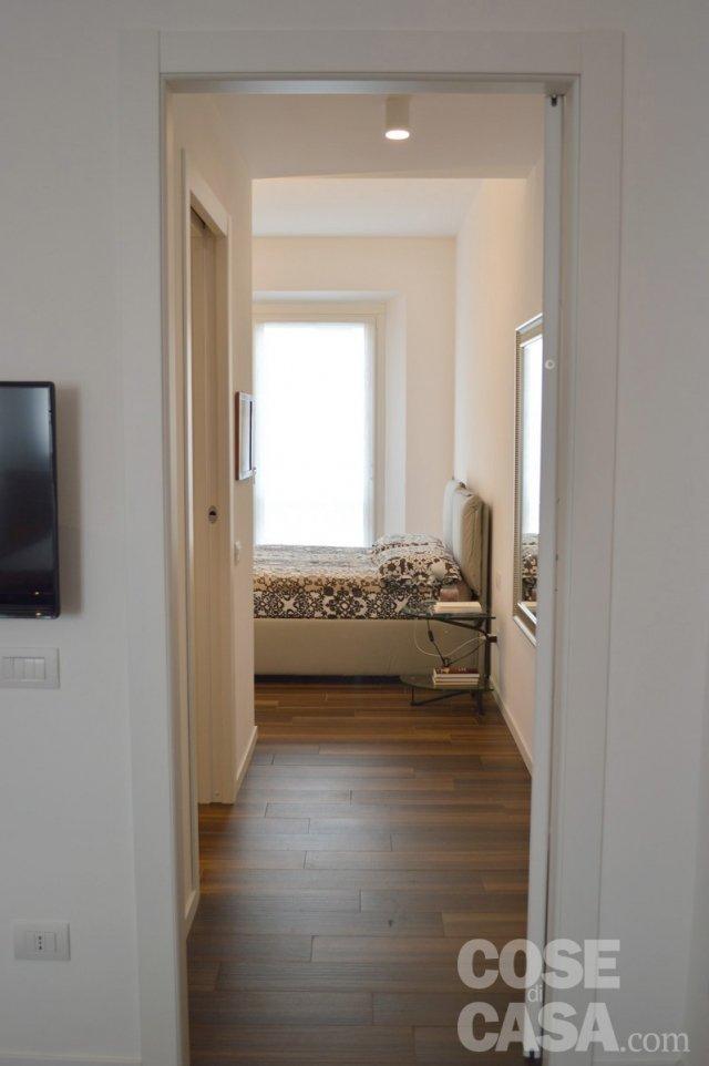 Una mansarda con scala elicoidale e pavimento in for Scaletta bagno ikea