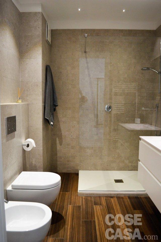 Una mansarda con scala elicoidale e pavimento in piastrelle effetto legno cose di casa - Bagno mansarda rivestimento ...