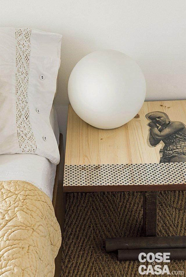 comodino decorato e lampada a globo