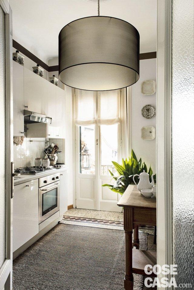 cucina con zona cottura e tavolo in legno massello