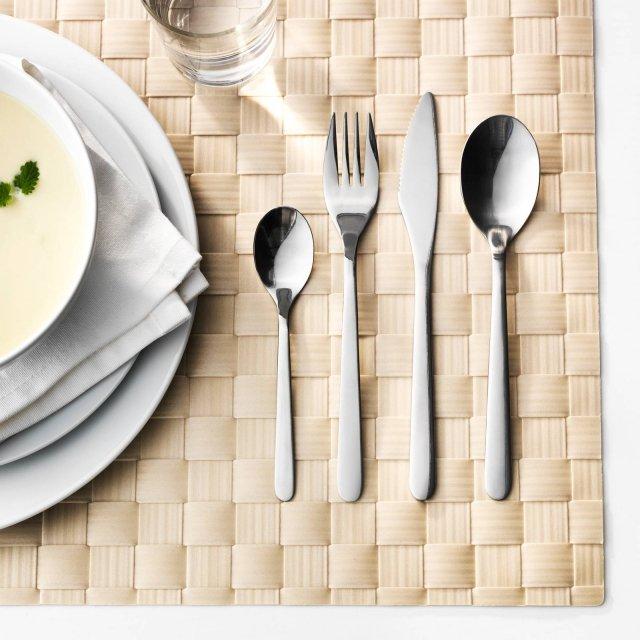 Förnuft di Ikea Italia è il servizio di posate da 24 pezzi interamente realizzato in acciaio inossidabile con un design semplice ed elegante; è lavabile in lavastoviglie e ha un ottimo rapporto qualità/prezzo. Prezzo 9,99 euro per il set. www.ikea.com