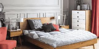 Letto in legno da abbinare a elementi singoli, diversi per colore e stile