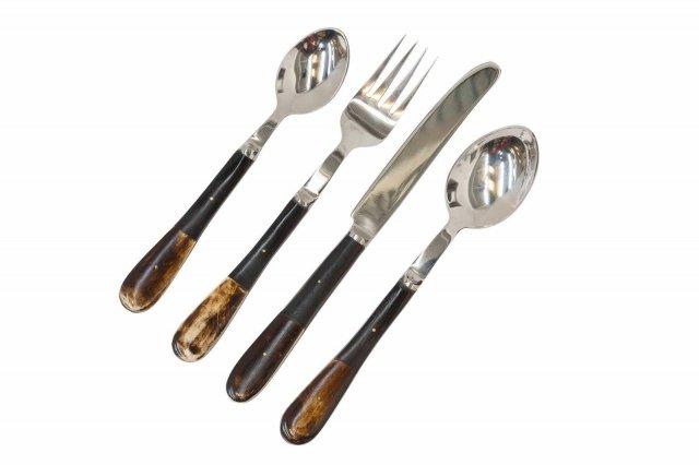 BK 51 di Novità Home è il set da 24 pezzi realizzato in acciaio lucido impreziosito dal manico in corno che aggiunge un dettaglio esotico. Prezzo 277,10 euro per il set. www.novitahome.com