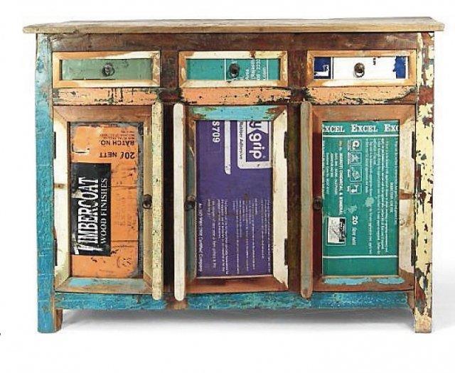 La credenza vintage per la cucina SO-11 di Novità Home, con tre sportelli e tre cassetti, decorati da scritte è in ferro e legno riciclato. Misura L 120 x P 40 x H 90 cm e costa 725 euro.