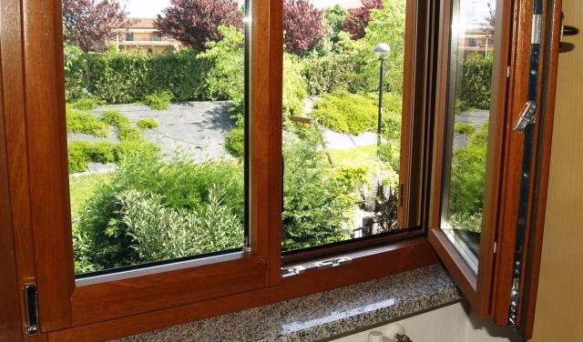 Ospitaletto (BS) (sostituzione finestre e portafinestra presso privato) Serramenti realizzati: finestre e portafinestra in legno-alluminio, parte legno in mogano.