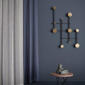 Ambiente con parete blu, con tende di Nya Nordiska. www.nya.com