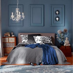 Una parete blu in camera (con letto di Bonprix - www.bonprix.it) è l'ideale per il potere rilassante che viene attribuito a questa tinta.