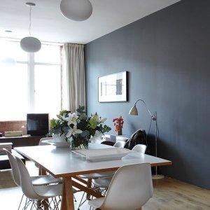 La parete blu è tinteggiata con una vernice di Farrow & Ball. www.farrow-ball.com