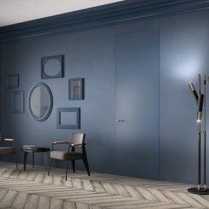 """La porta filomuro (di FerreroLegno) """"scompare"""" totalmente nella parete blu. www.ferrerolegnoporte.it"""