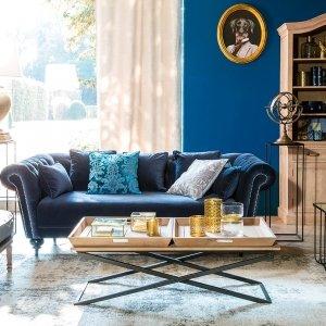 Mobili di Maisons du Monde ambientati in un soggiorno con una parete blu. www.maisonsdumonde.com