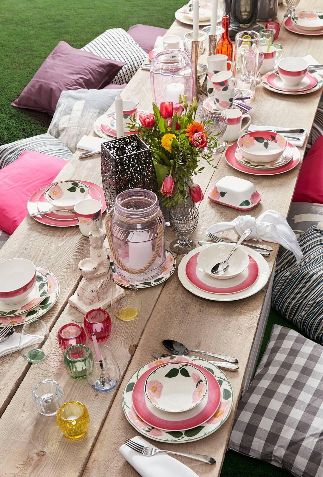 Apparecchiare Tavola In Terrazza 12 servizi di piatti per la tavola di primavera. foto e