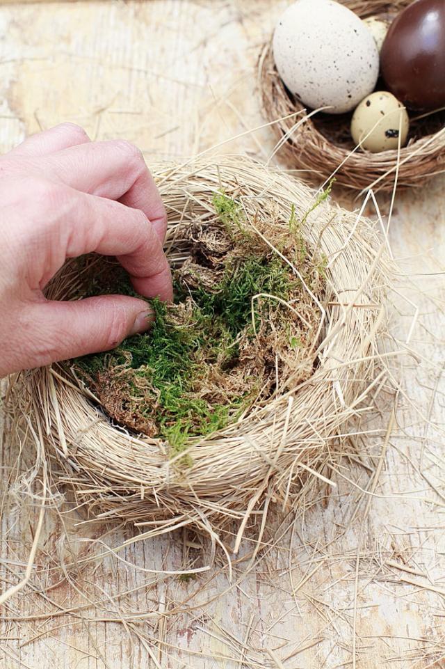 3. Una volta che il nido ha preso la forma giusta, preparate un'emulsione di acqua e colla vinilica, togliete le mollette da bucato e spennellate la parte esterna del nido per fissare i fusti liberi e nascondere le tracce di spago. Completate inserendo all'interno un po' di muschio fresco o secco.