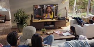 gente che guarda la tv sul divano