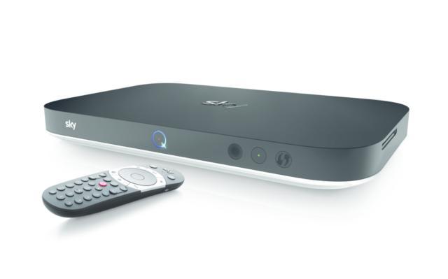 Un'esperienza di visione evoluta e coinvolgente è garantita dalla nuova piattaforma tecnologica Sky Q che trasforma la casa in un ambiente di visione perfettamente integrato su tv e device, senza cavi. Tutti i programmi - lineari, on demand o registrati – sono disponibili con immediatezza e la navigazione diventa semplice e intuitiva, permettendo di trovare con facilità il programma che si preferisce. A breve la piattaforma sarà integrata anche con il 4K HDR, la Sky Soundbox e il Voice Control, che renderanno l'esperienza di visione ancora più coinvolgente e immersiva. Il box principale comunica in modalità wireless con gli altri televisori grazie agli Sky Q Mini e, attraverso l'app Sky Go Q, con tutti i device mobili, tablet o smartphone. La memoria di 2 terabyte consente di registrare fino a 1000 ore di contenuti in HD e fino a 4 programmi contemporaneamente, mentre se ne vede un quinto. Il telecomando permette di sincronizzarsi facilmente con la tv di casa e grazie al bluetooth non deve essere puntato per funzionare. È possibile guardare un programma sulla tv del salotto (magari mentre se ne registra un altro), vederne uno differente sulla tv in camera da letto, un terzo sul tablet e un quarto sullo smartphone, fino a un quinto sul televisore in camera dei bambini. Tutto contemporaneamente, mantenendo le funzioni di registrazione, pausa e accesso alle proprie registrazioni e al catalogo on demand da ciascun punto di visione. Con l'app è possibile portare i contenuti Sky anche fuori casa, una funzionalità, infatti, permette di trasferire sul proprio tablet o smartphone le registrazioni presenti su Sky Q Platinum, mentre grazie al Download & Play è possibile scaricare i programmi on demand per guardarli ovunque, anche senza connessione internet. Un tecnico Sky specializzato installa e attiva Sky Q Platinum e il box Sky Q Mini al prezzo di 199 euro. Per avere accesso alle funzionalità di Sky Q, come la nuova interfaccia, il multiscreen wireless e l'app Sky Go dedica