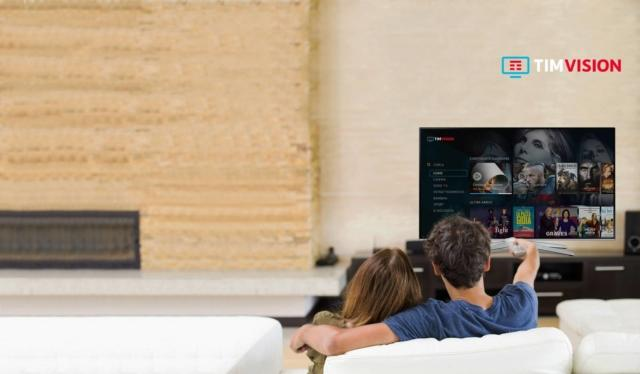 """La TV on demand di TIM, TIMVISION, offre anteprime esclusive, serie TV, film, cartoni e intrattenimento senza interruzioni pubblicitarie. Il catalogo viene costantemente aggiornato con contenuti premium, grazie ad accordi presi con importanti major italiane e internazionali e rende disponibile - attraverso le reti di nuova generazione fissa e mobile di TIM - una piattaforma televisiva evoluta e un'offerta d'intrattenimento di qualità. Grazie al TIM BOX, il decoder TIM con sistema operativo Android TV, telecomando bluetooth per la ricerca vocale e memoria con 32 Giga, è possibile vivere l'esperienza di entertainment digitale in modo semplice. La navigazione è veloce e la ricerca dei contenuti agevole, supportata anche dalla modalità vocale. Nella sezione """"Scelti per te"""" è possibile trovare la proposta più adatta, sulla base delle precedenti esperienze. Inoltre con la funzione """"Continua a guardare"""" si può riprendere la visione di un contenuto dal punto in cui si è interrotto. La piattaforma propone contenuti di qualità, anche in esclusiva, con grandi successi cinematografici e una ricca proposta di inediti e serie TV. È disponibile su TV, via ADSL illimitata e fibra con il decoder TIM BOX, su smart TV dove è presente l'applicazione dedicata o da PC, attraverso il web e in mobilità su smartphone e tablet Apple, Android e Windows Phone 8/RT attraverso l'App scaricabile gratuitamente dai principali store. L'Applicazione è inoltre disponibile su tutti i PC e device con Windows 10. Per i clienti TIM con ADSL o FIBRA il servizio è incluso nell'offerta TIM Smart a partire da 29,90 euro (entro il 25 marzo 2018); i clienti possono acquistare il decoder TIM BOX a 2,99 Euro in 48 rate (entro il 25 marzo 2018). Tutti i titoli compresi nell'abbonamento, inserendo le credenziali del proprio account, sono disponibili contemporaneamente anche su altri dispositivi (smart TV compatibili, PC, smartphone e tablet). Nel caso in cui si preferisca l'abbonamento stand alone o per i clienti d"""