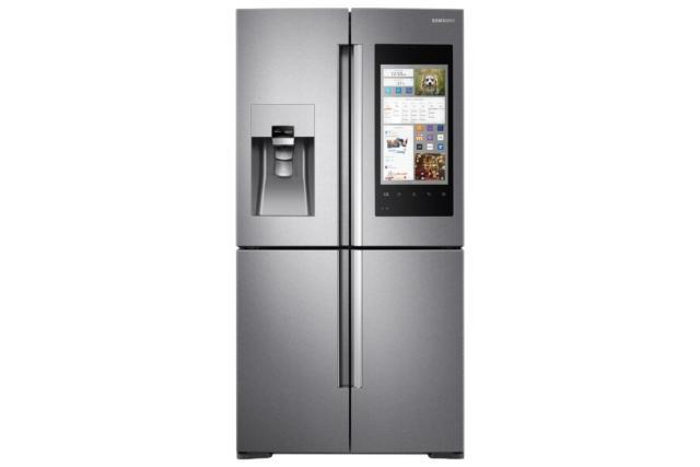● Con Family Hub di Samsung (www.samsung.com) è sempre possibile controllare il contenuto del frigo anche da smartphone e fare la spesa online utilizzando lo schermo touch. In classe A+, con capacità netta di 550 litri, costa 3.499 euro. Misura L 90,8 x P 73,3 x H 182,5 cm.