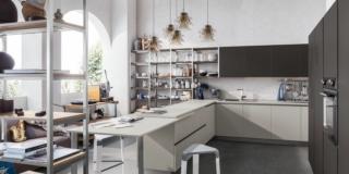 Cucina a vista: il tavolo come piano in più