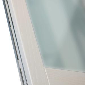 Particolare finestra Sidel serie Urban, con anta minimal in rovere spazzolato