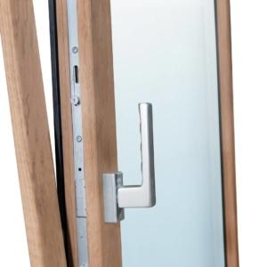Particolare finestra Sidel serie Urban, con ferramenta con trattamento tricoat