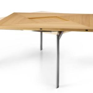 Square 2 Square di BBB Italia, design Lidor Gilad-Yotam Shabtai, è il tavolo che si allunga tramite rotazione del piano in legno e successiva apertura dei lati. Ha una forma compatta che permette di inserirlo con facilità in qualsiasi ambiente. La base dalle gambe design è realizzata in alluminio. È disponibile in due formati. Misura L 103/140 x P 103/140 x H 73 cm e L 140 /191 x P 140 / 191 x H 73 cm.  www.bbbitalia.it