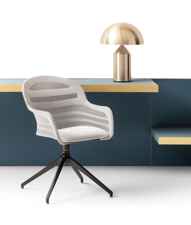 Suri di Bontempi Casa, design Archirivolto, è la sedia  girevole caratterizzata dallo schienale in tessuto elastico a rete lavorato che la rende ergonomica. La seduta è imbottita e rivestita in tessuto elastico a rete coordinato, inoltre è presente  un cuscino in pelle ecologica grigio chiaro. La struttura è in alluminio laccato nero profondo lucido. Misura L 56 x P 59 x H 88 cm. www.bontempi.it