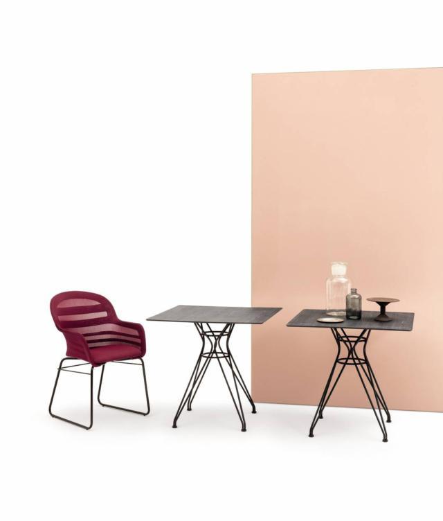 Vincent di Bontempi Casa, design Archirivolto, è il tavolo essenziale con la struttura in acciaio laccato nero opaco e il piano in stratificato rovere grigio con il bordo marrone, disponibile nelle versioni tondo o quadrato. Può essere usato singolo o in gruppo. Misura L 79 x P 79 x H 74,5 cm. www.bontempi.it