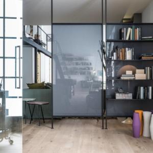 Freedhome di Caccaro è il nuovo sistema di contenimento che permette di trasformare le pareti in elementi da personalizzare per sfruttare al massimo il potenziale inespresso, a seconda delle diverse  necessità. Come in questo caso in cui la parete divisoria è anche libreria.  www.caccaro.com