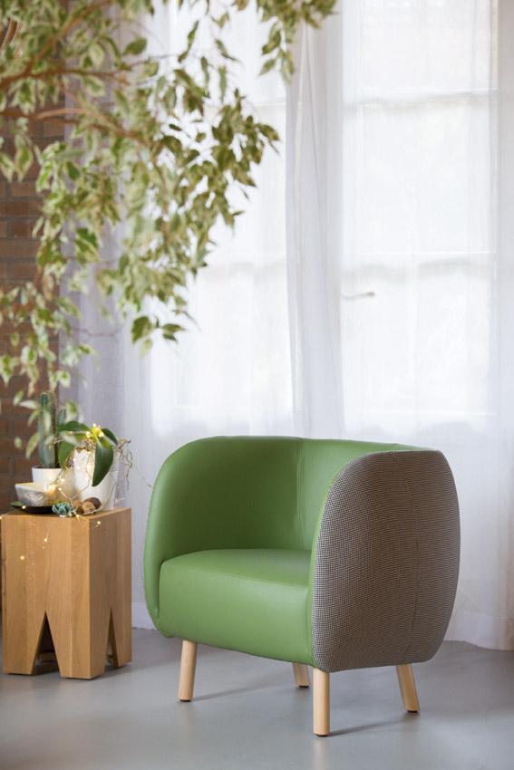 Mousse longue di Chairs & More, design Tommaso Caldera, è la poltrona con una forma compatta e avvolgente, che gioca con i rivestimenti. I piedini sono in legno chiaro. www.chairsandmore.it