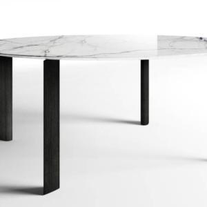 Fourdrops di Driade, design Gabriele e Oscar Buratti, è il tavolo che ha le gambe con sezione a goccia e il piano arrotondato realizzato in pregiato marmo venato. www.driade.com