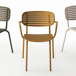 Mom di Emu, design Florent Coirier, è la sedia industriale che si ispira alla forma tradizionale dei vassoi giapponesi chiamati suiban: è completamente realizzata in acciaio che la rende leggera e resistente nello stesso tempo. Lo schienale, sottile e allungato, ne sottolinea il design grafico. www.emu.it