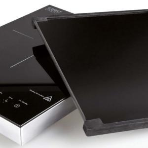 Piano cottura portatile a induzione con piastra di Caso design, distr. da Punto De (www.puntode.it)