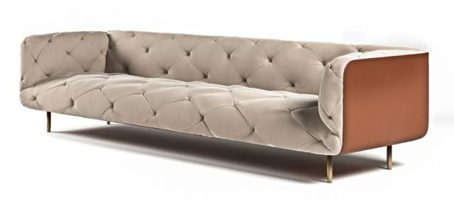 Overseas sofa della linea Glamour Collection di Formitalia Luxury Group, design Dainelli Studio, è il divano  dall'aspetto morbido e accogliente impreziosito dai materiali pregiati e dai dettagli ricercati come i piedini in metallo nella finitura oro champagne satinato e la struttura esterna rivestita in pelle. L'imbottitura interna è decorata da particolari cuciture capittonné. Misura L 257 x P 89 x H 71 cm. www.formitalia.it