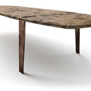 Ace Table di Henge è il nuovo tavolo con il piano sagomato in mosaico di radica composto a man; è sorretto dalle gambe in fusione di bronzo effetto anticato che si innestano direttamente nel top. www.henge07.com
