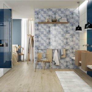 A parete, rivestimento  coll. Pottery Ocean tinta unita, e decoro Azulejo Light/Tourquise/Ocean. A pavimento,  piastrelle coll.  Treverkhome acero.